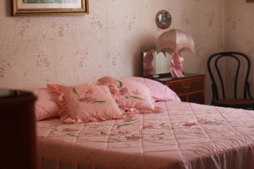 Letto o letti in una camera di White and pink rooms