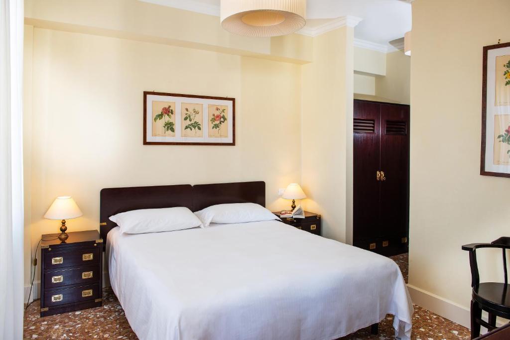 A bed or beds in a room at Hotel Agli Alboretti
