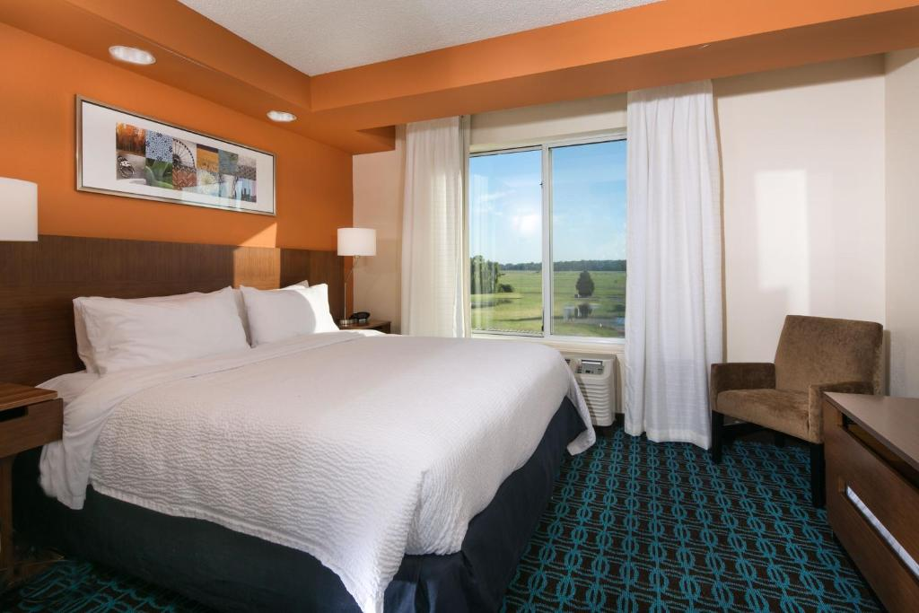 A bed or beds in a room at Fairfield Inn & Suites by Marriott Dover