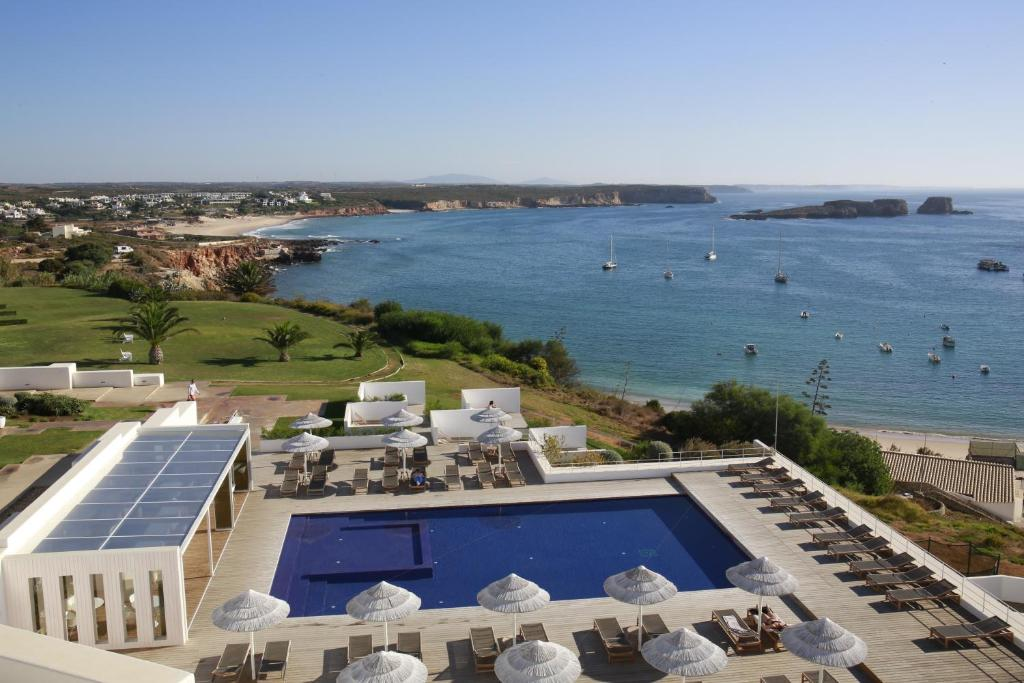 Uma vista da piscina em Memmo Baleeira - Design Hotels ou nos arredores