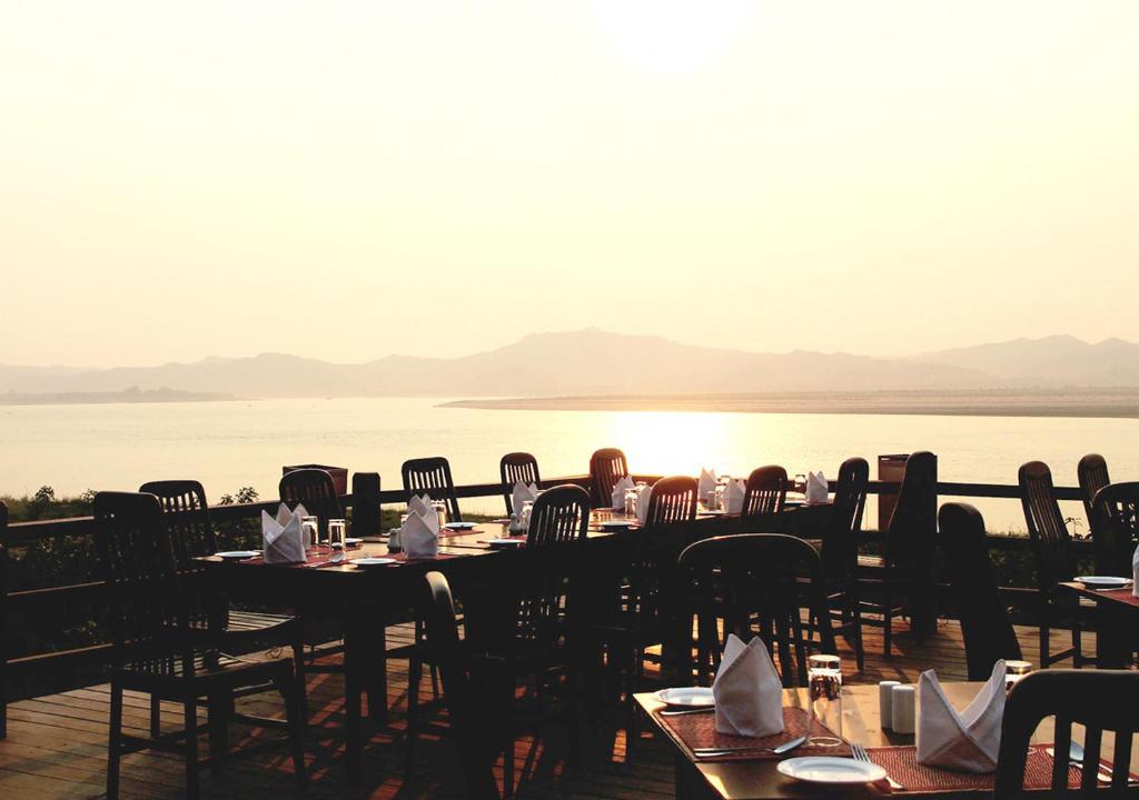 Ein Restaurant oder anderes Speiselokal in der Unterkunft Bagan Hotel River View