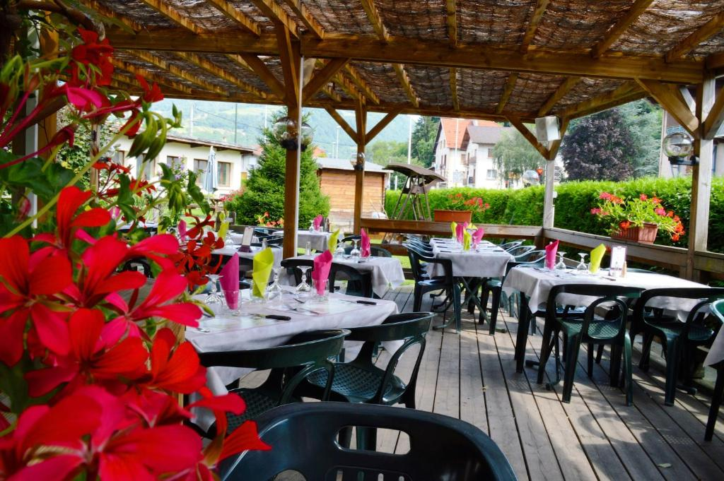 A restaurant or other place to eat at Auberge de Costaroche