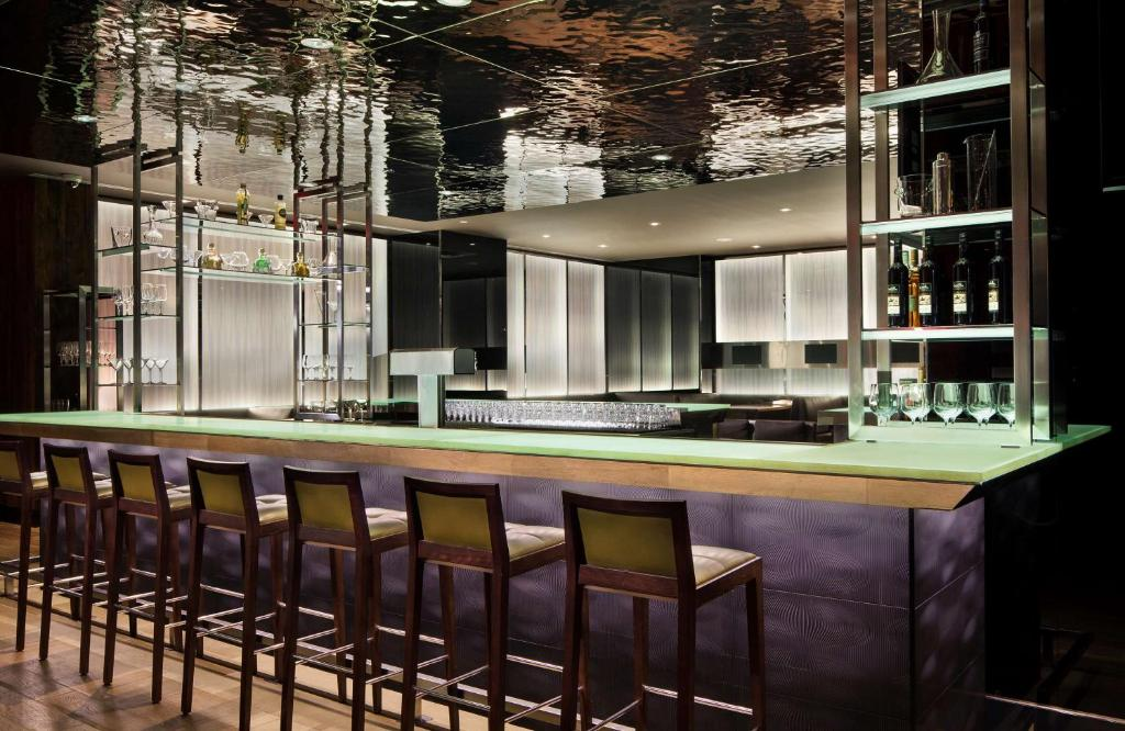 The lounge or bar area at Hyatt Regency Vancouver