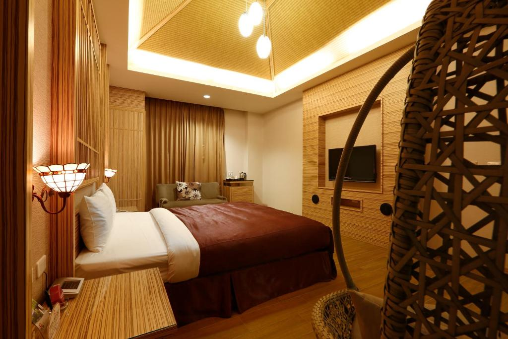 A bed or beds in a room at Hua Xiang Hotel-Qishan