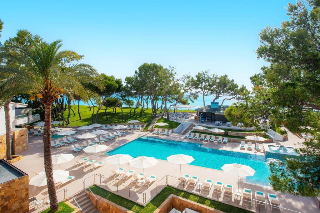 Widok na basen w obiekcie Iberostar Selection Playa de Muro Village lub jego pobliżu