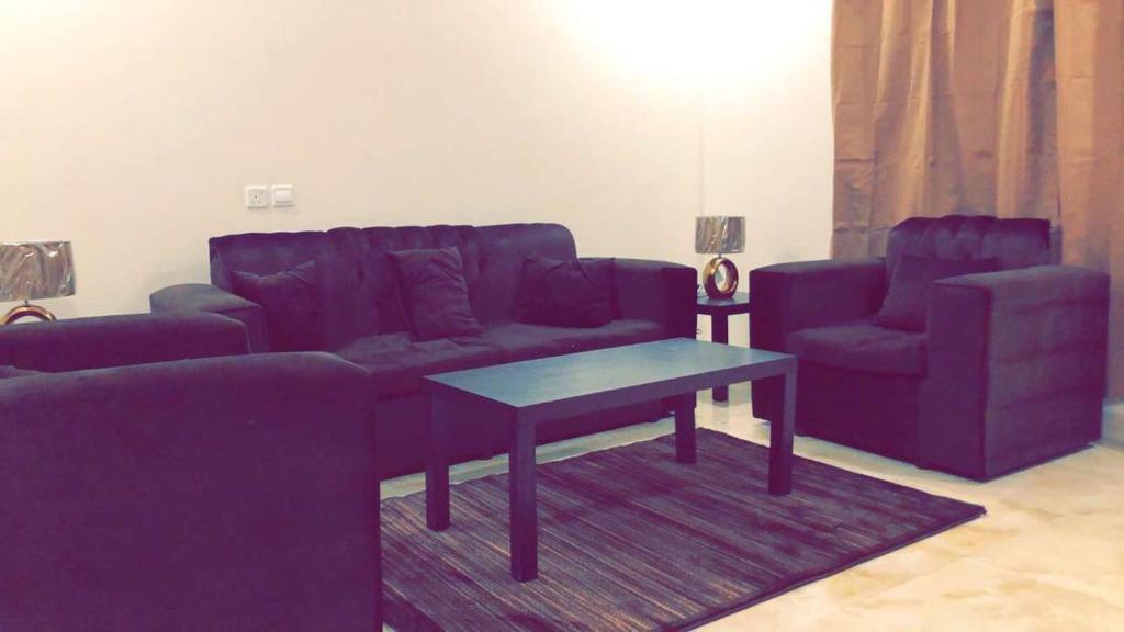 Uma área de estar em Al Sondos Furnished Apartments