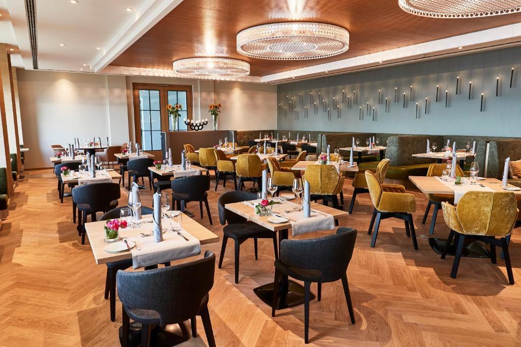 Ein Restaurant oder anderes Speiselokal in der Unterkunft Steigenberger Inselhotel