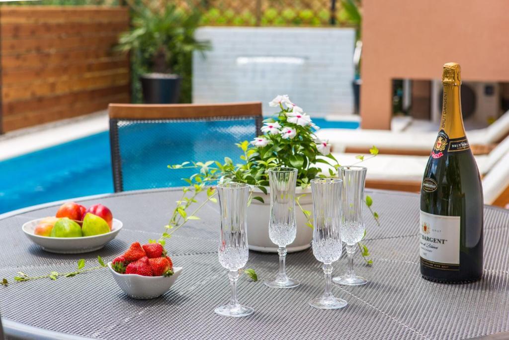 Bazén v ubytování Apartmani Ana nebo v jeho okolí