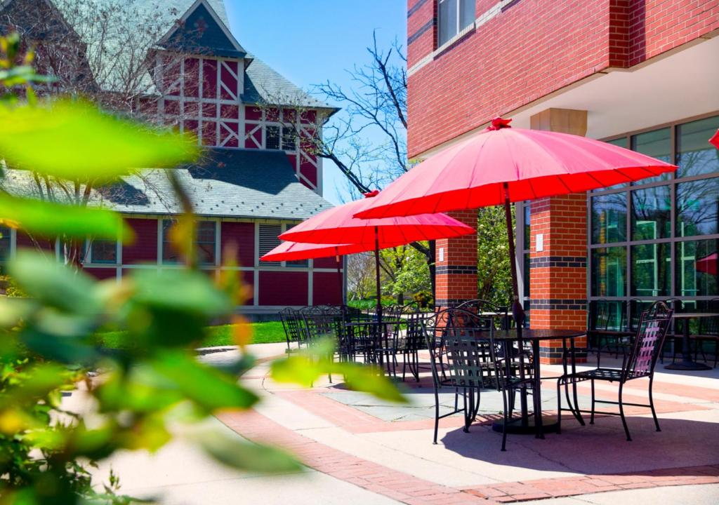 A restaurant or other place to eat at Kellogg Conference Hotel at Gallaudet University