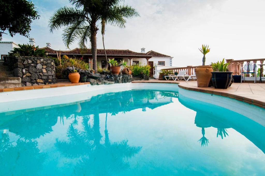 The swimming pool at or near Finca Arminda