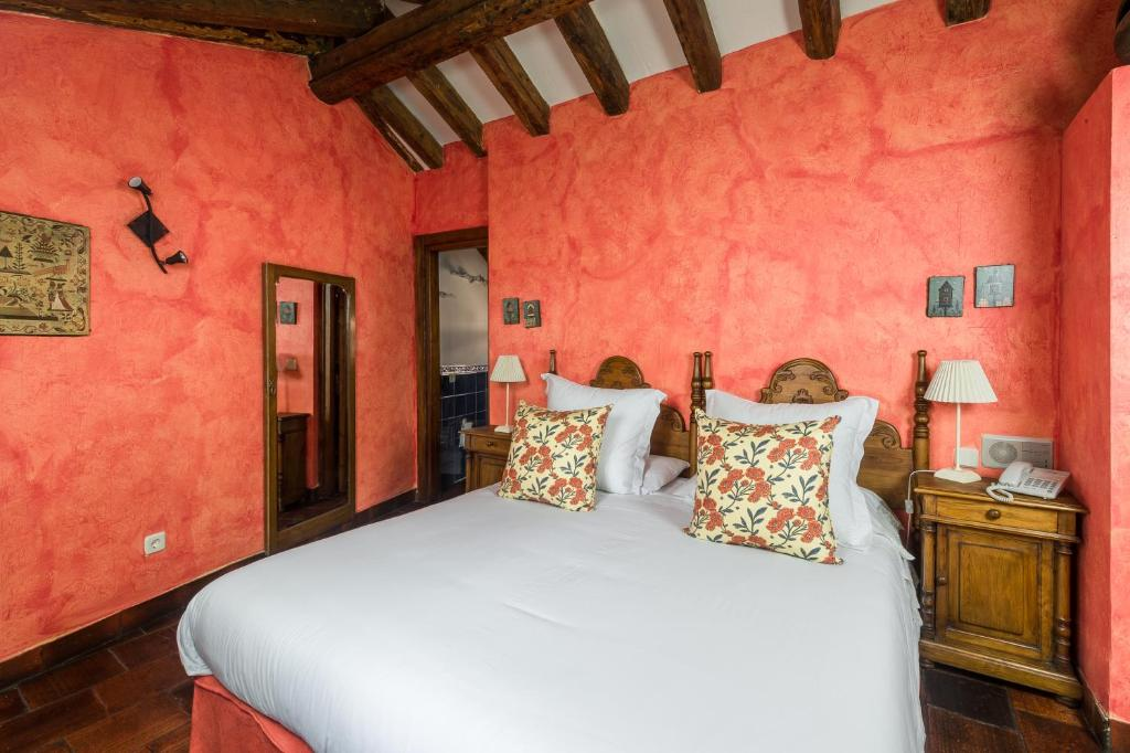 A bed or beds in a room at Posada Mingaseda