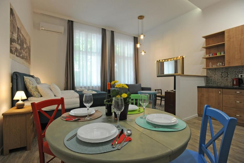 A restaurant or other place to eat at M37 Apartman
