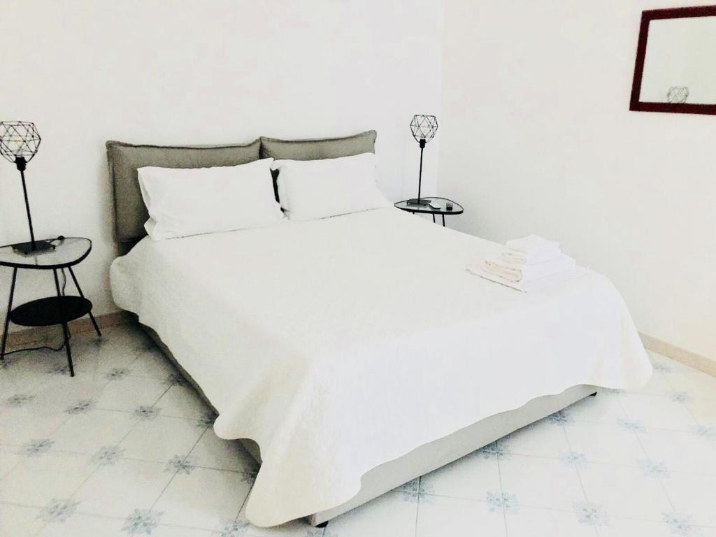 A bed or beds in a room at Dimora dei Mercanti