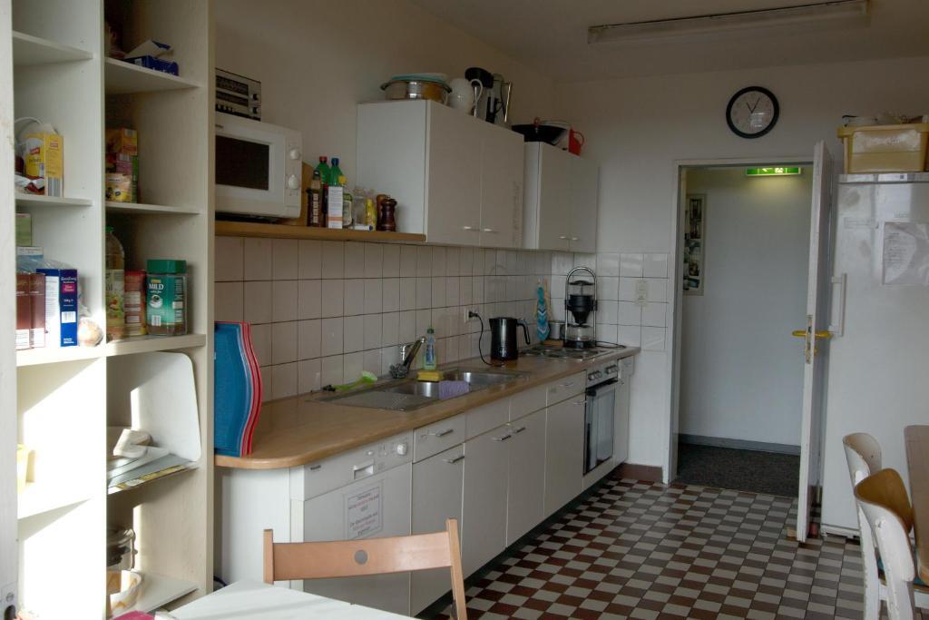 A kitchen or kitchenette at Hostel bekpek kiel