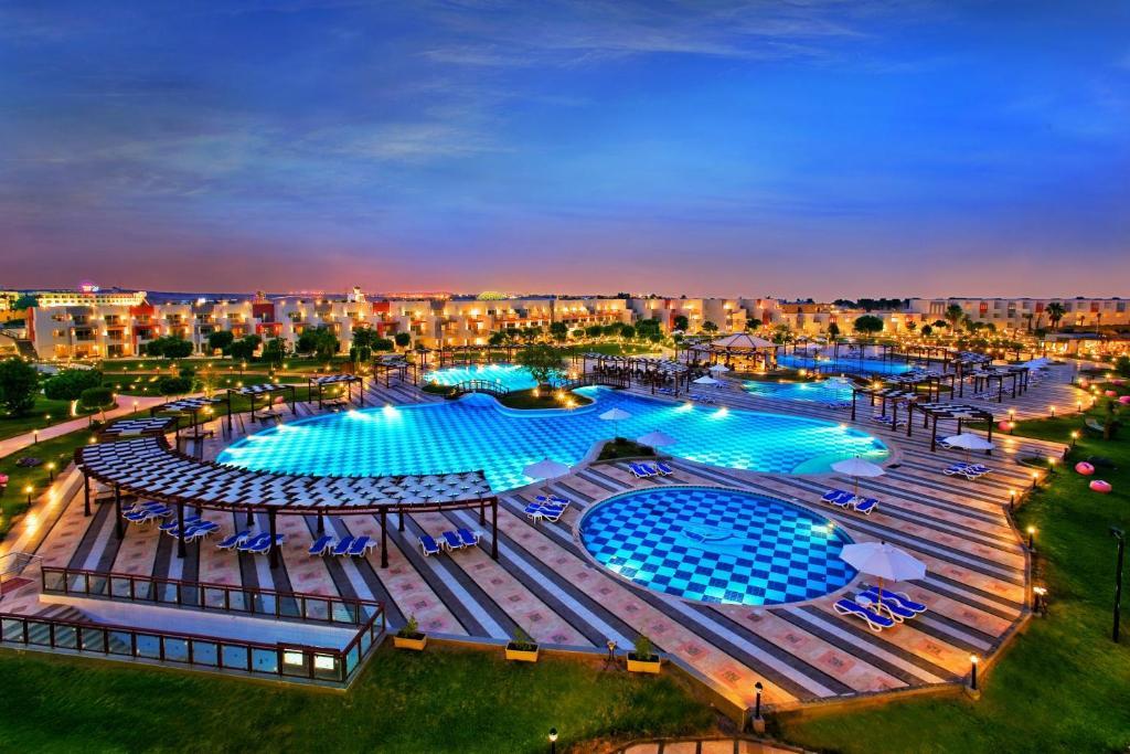 Ein Blick auf den Pool von der Unterkunft Sunrise Crystal Bay Resort -Grand Select oder aus der Nähe