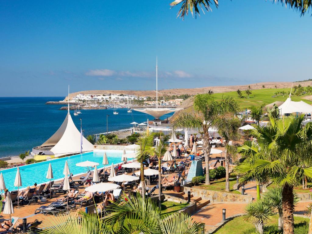 Uitzicht op het zwembad bij H10 Playa Meloneras Palace of in de buurt