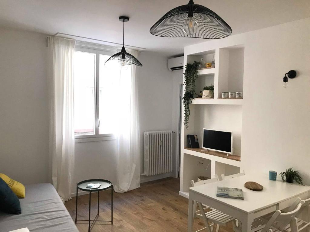 A television and/or entertainment centre at Le pénéquet : L'appartement du vieux port ☺