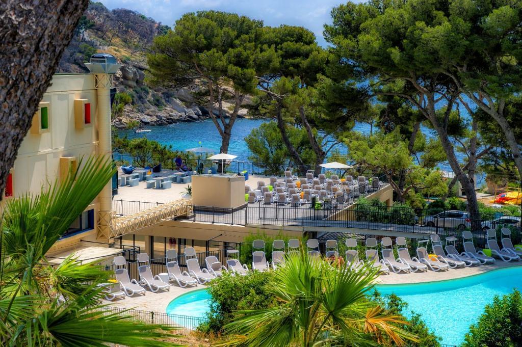 Vue sur la piscine de l'établissement Village Club Miléade Carry-le-Rouet ou sur une piscine à proximité