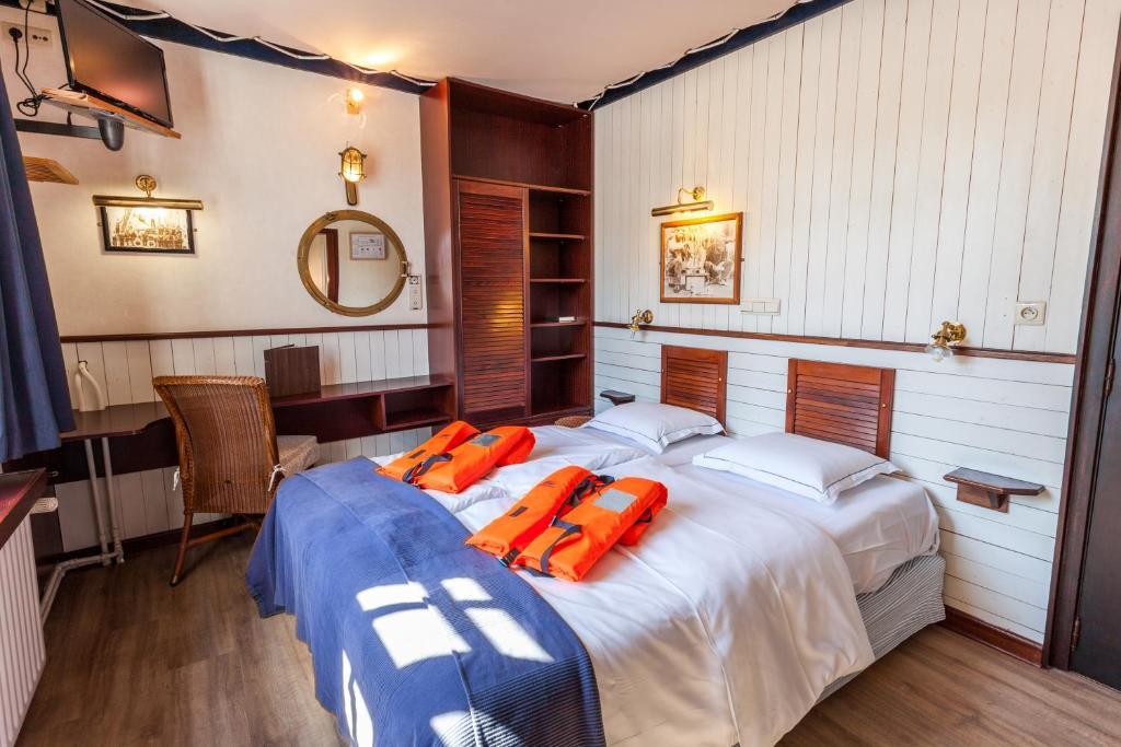 Een bed of bedden in een kamer bij Boat Hotel De Barge