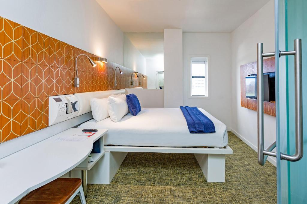 A bed or beds in a room at BreakFree on Cashel