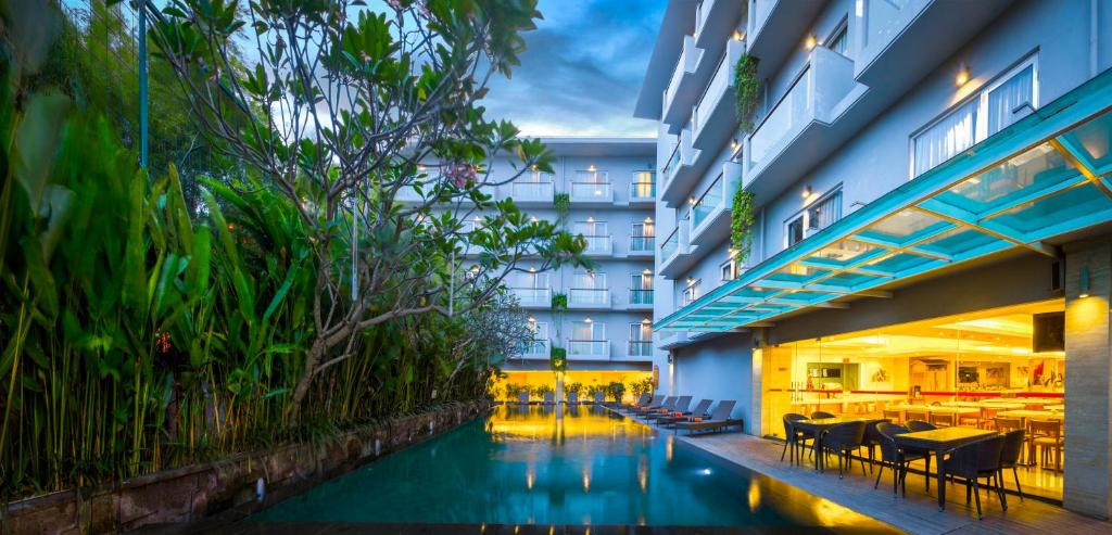 The swimming pool at or close to HARRIS Hotel Kuta Galleria - Bali