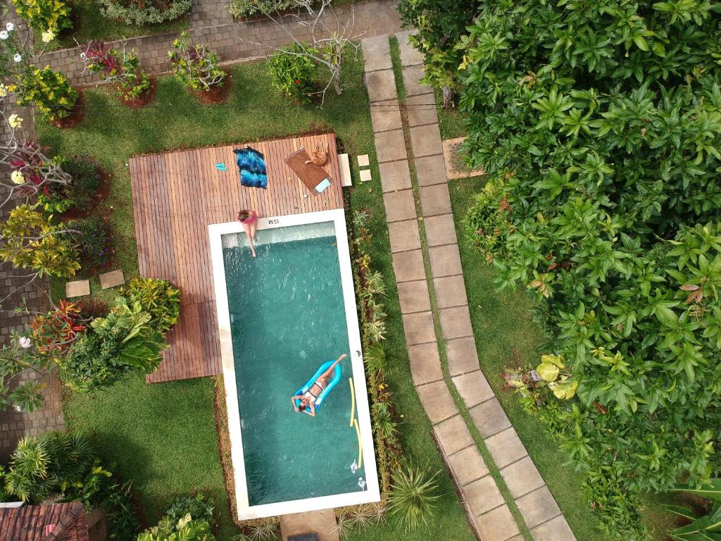 Ein Blick auf den Pool von der Unterkunft Timbis Homestay Bali oder aus der Nähe