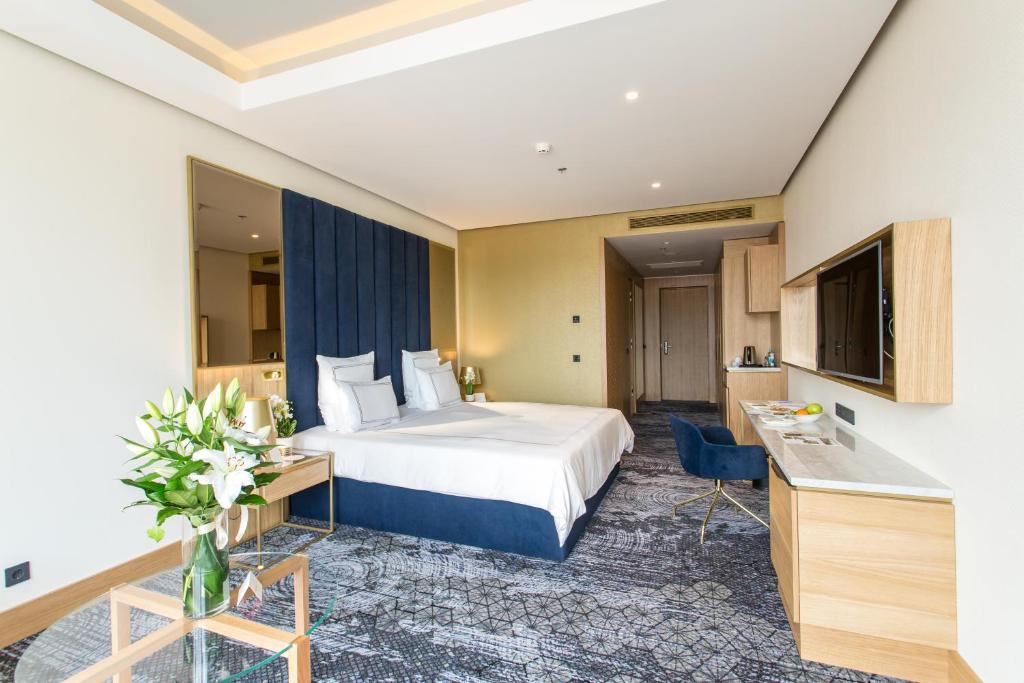 A bed or beds in a room at Swissotel Sarajevo