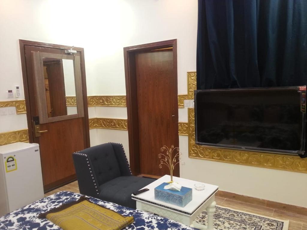 Uma TV ou centro de entretenimento em Nozl el Masara Furnished apartments