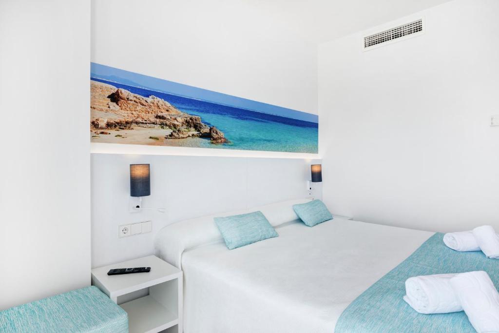 Een bed of bedden in een kamer bij AluaSun Continental Park Hotel & Apartments