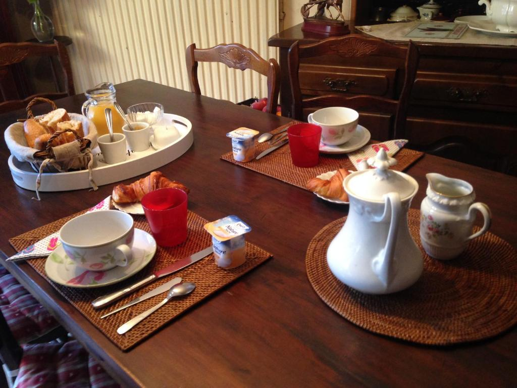 Breakfast options available to guests at Les Fleurs