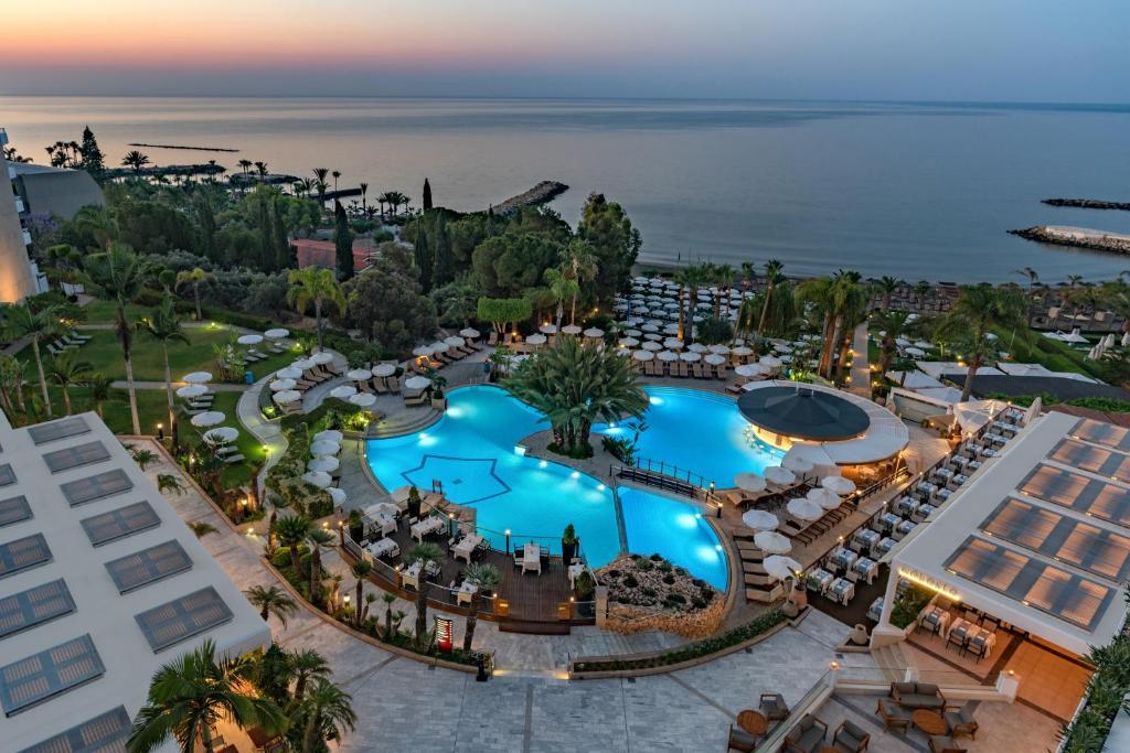 Uitzicht op het zwembad bij Mediterranean Beach Hotel of in de buurt