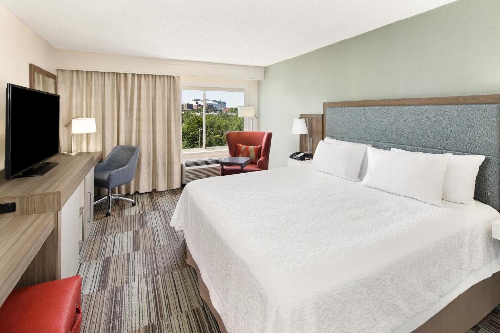 A room at the Hampton Inn Atlanta - Georgia Tech - Downtown.