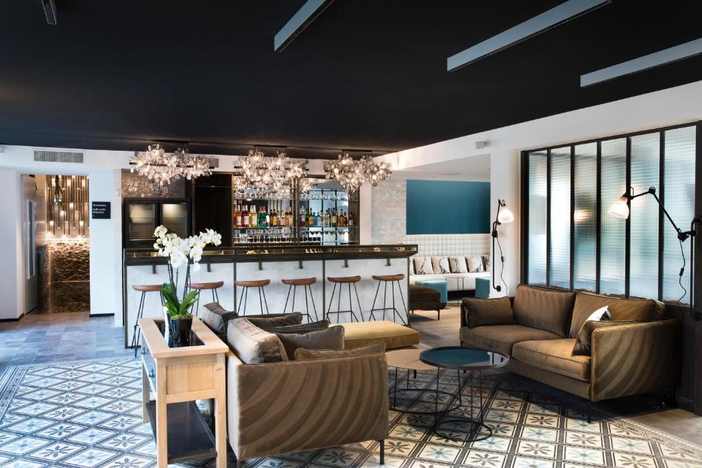 Salone o bar di Hôtel Les Deux Girafes
