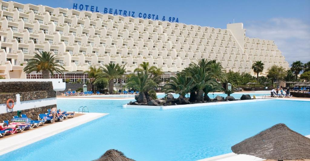 Het zwembad bij of vlak bij Beatriz Costa & Spa