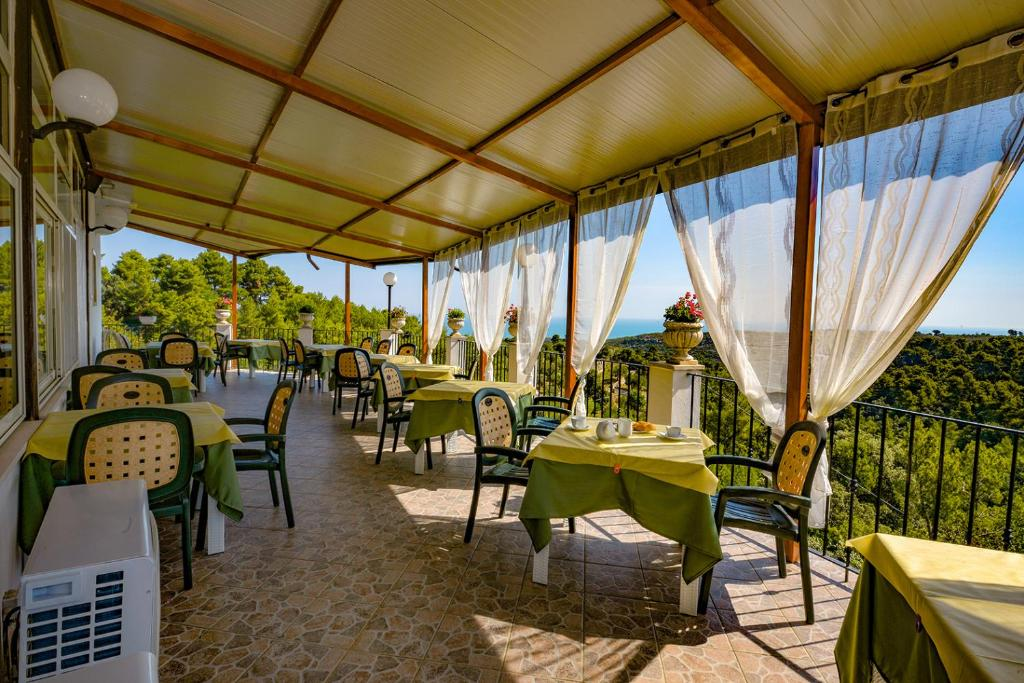A restaurant or other place to eat at Albergo Godenizzo