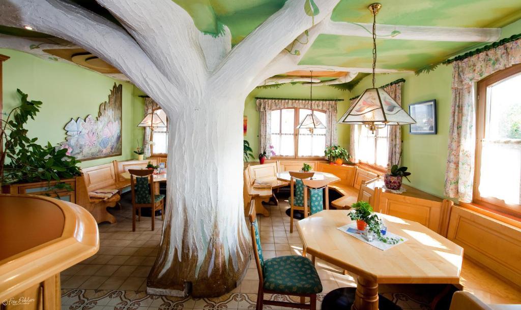 Ein Restaurant oder anderes Speiselokal in der Unterkunft Der Schildbacherhof