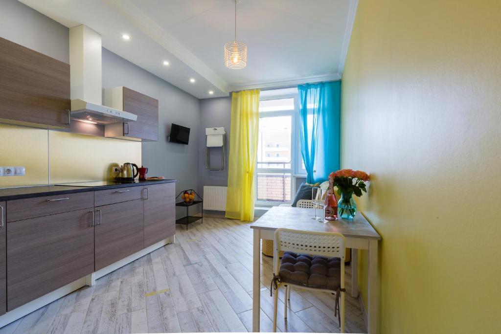 Кухня или мини-кухня в Yellow Apartment on Vernosti