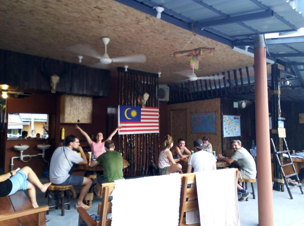 A restaurant or other place to eat at Agosto Taman Negara Hostel