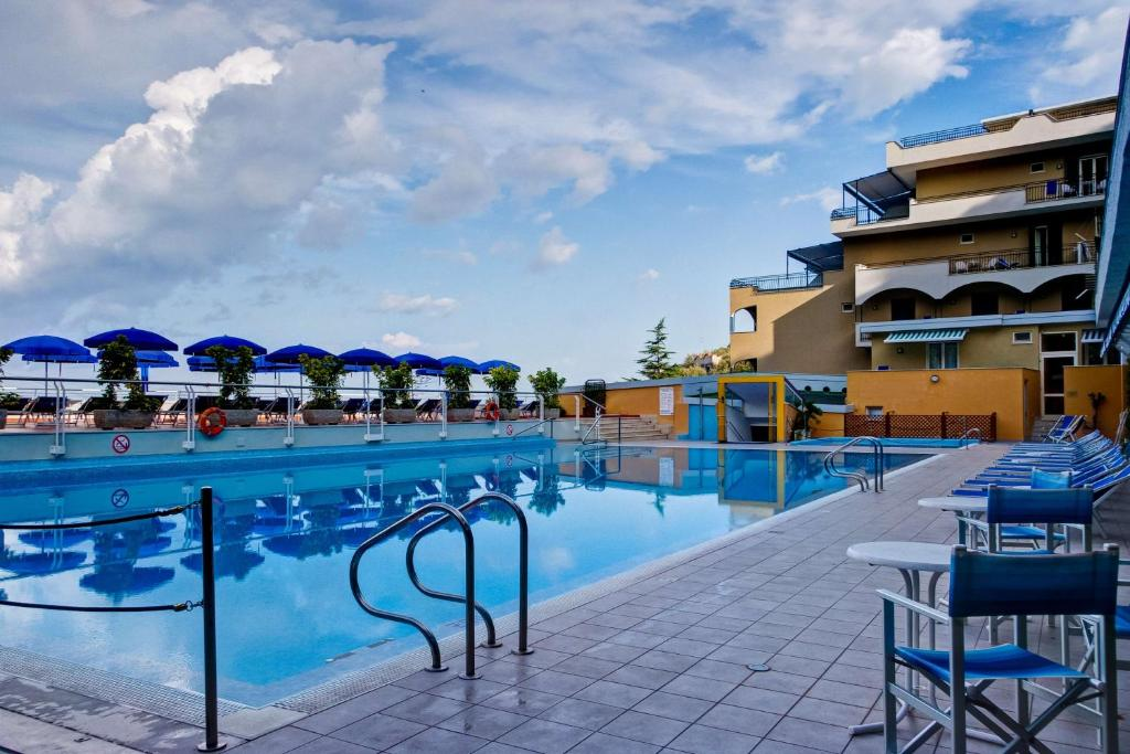 The swimming pool at or close to Best Western Hotel La Solara
