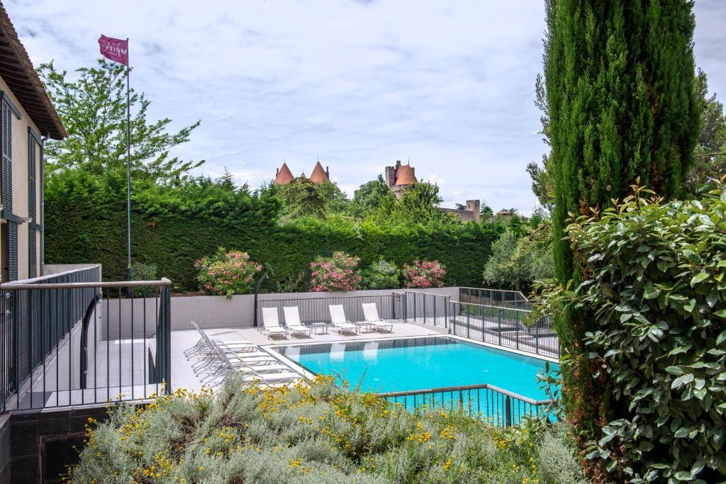 Uitzicht op het zwembad bij Mercure Carcassonne Porte De La Cité of in de buurt