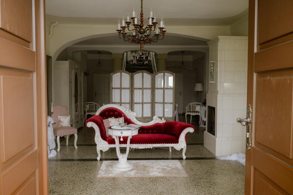 Ein Sitzbereich in der Unterkunft HERRENHAUS KUNZWERDA bei TORGAU - ApartHotel, BoardingHouse, WOHNEN auf ZEIT