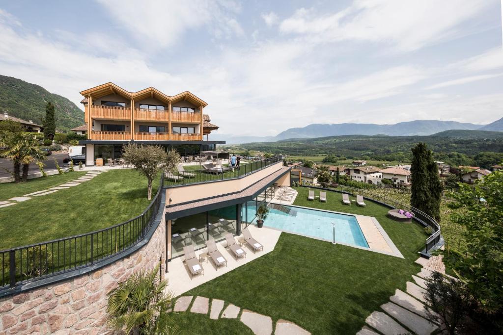 Ein Blick auf den Pool von der Unterkunft Hotel Torgglhof oder aus der Nähe