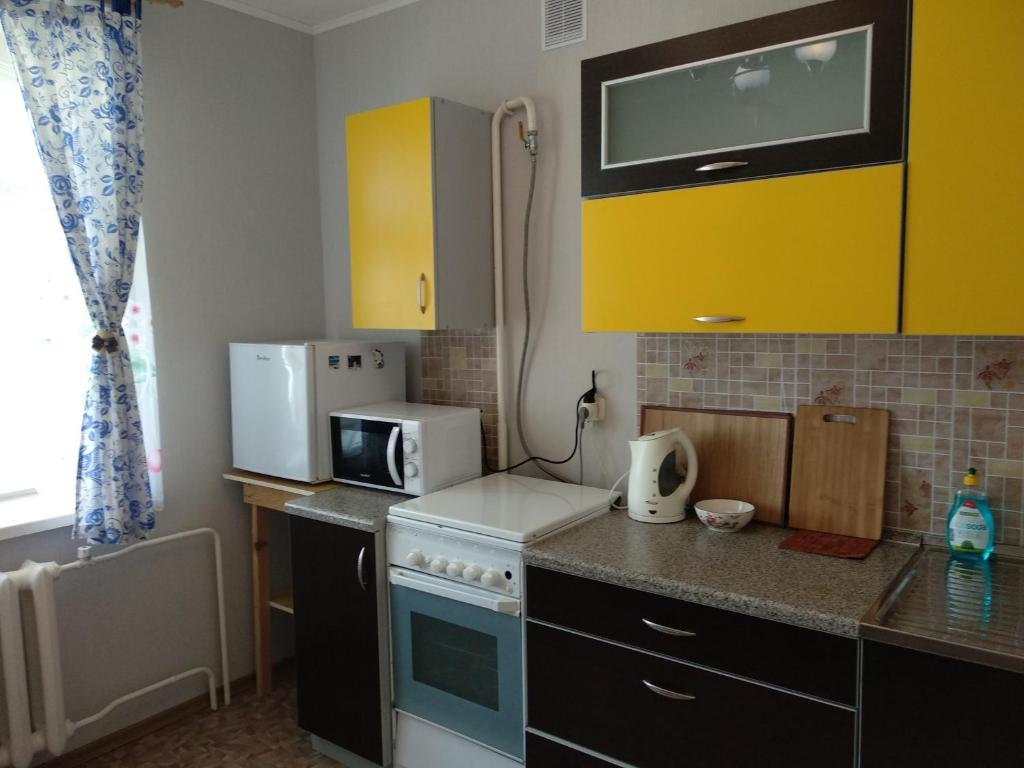 Кухня или мини-кухня в Kvartira na Vspoliye 9