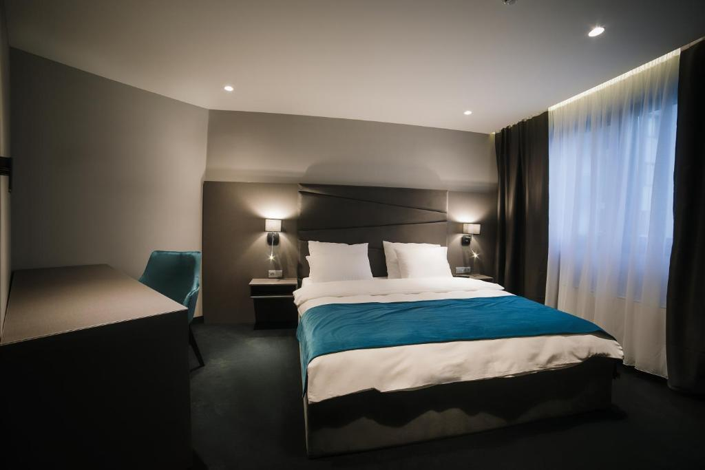 A bed or beds in a room at Hotel Bank