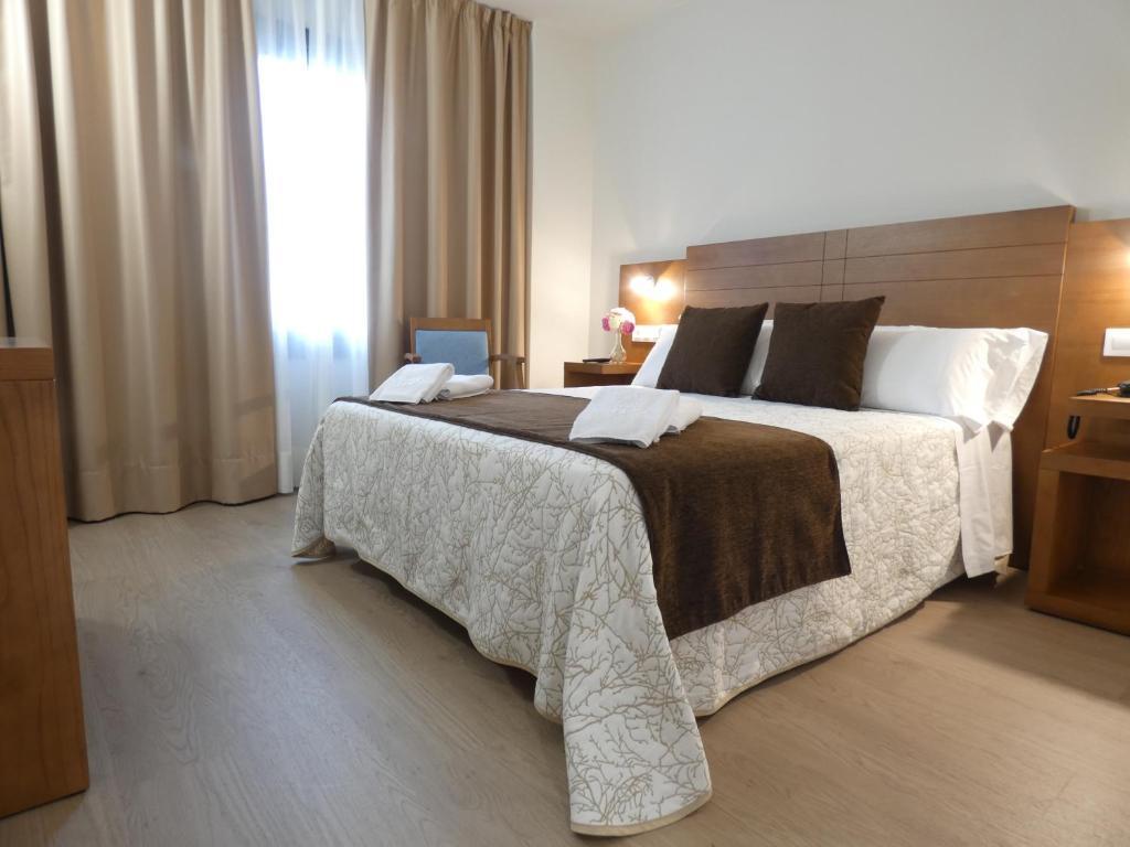 Cama o camas de una habitación en HOTEL ARZÚA