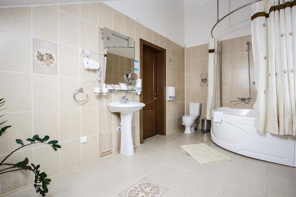 A bathroom at Park Hotel Bely Sobol