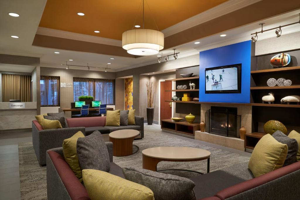 The lounge or bar area at Courtyard by Marriott Toronto Downtown