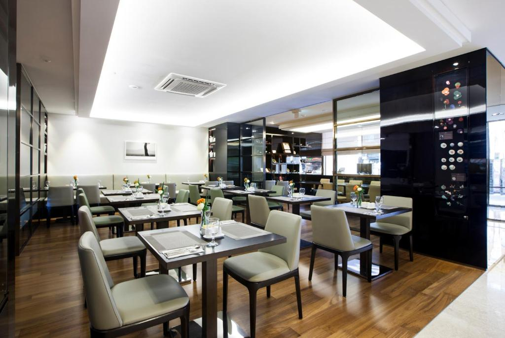 A restaurant or other place to eat at The Grand Hotel Myeongdong