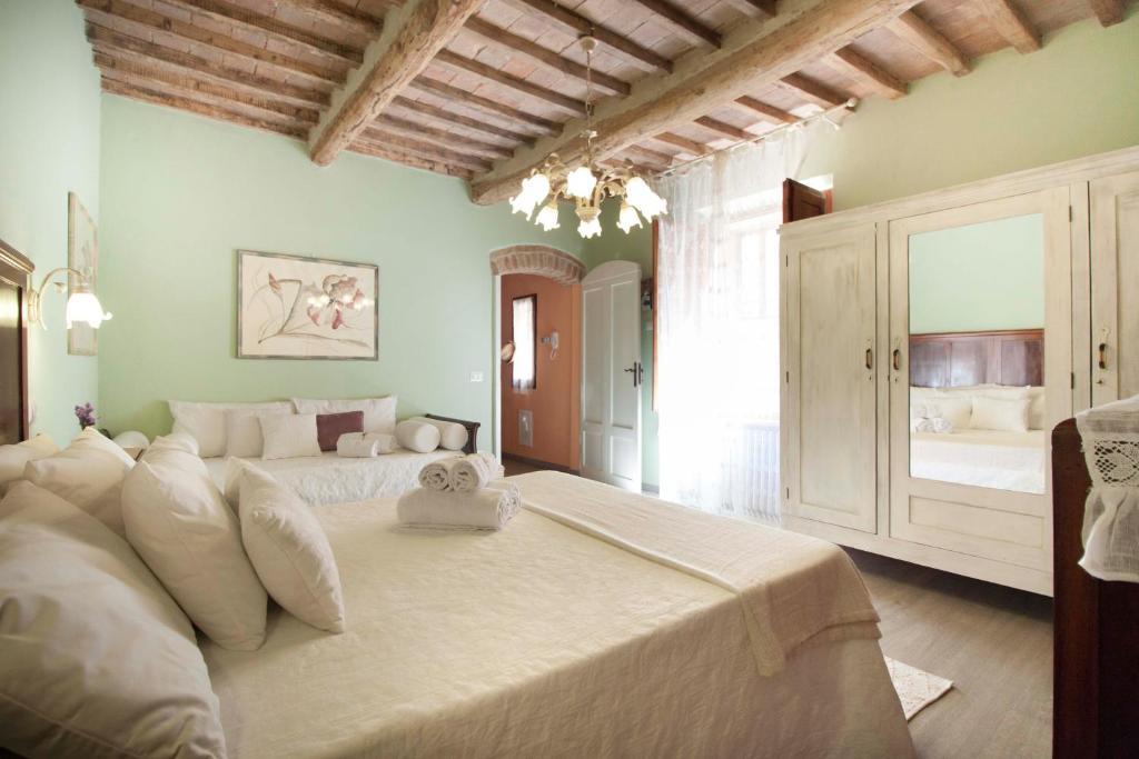 Cama ou camas em um quarto em Deluxe Romantic Apartment San Gimignano
