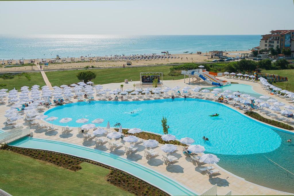 Изглед към басейн в Sunrise Blue Magic Resort - All Inclusive или наблизо